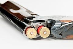 Au-dessus et sous du fusil de chasse avec 12 balles de mesure dans lui Images stock
