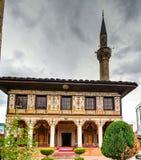 Au?en- Ansicht zu beschmutzter Moschee Alaca Cami Kalkandelen Tetovo, Nord-Mazedonien lizenzfreies stockbild