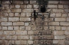 Au?enbacksteinmauer mit befleckter und abziehender wei?er Farbe und gebrannter Wand stockbild