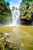 Au fond d'une cascade Image stock