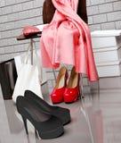 Au magasin de chaussures Plan rapproché de la chaise, écharpe rouge, sac Photo stock