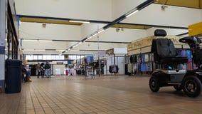 Au marché d'intérieur de ville anglaise clips vidéos