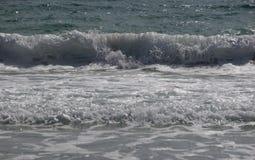 Au milieu d'une vague de rupture Photographie stock