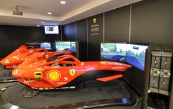Au musée de Ferrari, la salle consacrée à conduire des simulateurs d'un Formule 1 monoplace image stock