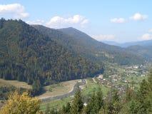 Au pied d'une montagne Photo libre de droits