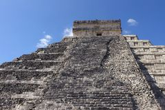 Au pied de la pyramide dans Chichen Itza images stock