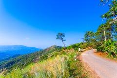 au point de vue de Doi Pha Mee vous pouvez voir Doi Nangnon en forme de Maesai Chiang Rai des montagnes ressembler au sommeil de  Photographie stock libre de droits