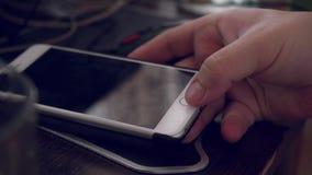 Au ralenti de l'homme d'affaires de main emploie le nouveau media clips vidéos