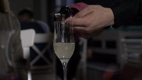 Au ralenti du champagne a versé dedans le verre par le serveur dans un restaurant de fantaisie clips vidéos