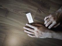 Au revoir écriture sur le papier avec la main de l'homme Image libre de droits