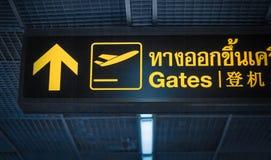 Au signe de directin de portes à l'aéroport de la Thaïlande Images libres de droits