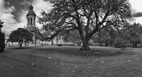 Au sol de campus d'université de trinité image stock
