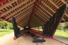 Au sol de Traité de Waitangi, Nouvelle-Zélande Les proues richement découpées de deux canoës maoris de guerre Photos stock