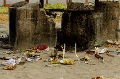 Au sol indou d'incinération, où des cadavres sont apportés être brûlés sur un bûcher Photographie stock