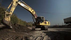 Au sol nivelé par seau d'excavatrice de construction clips vidéos
