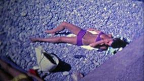 1969 : Au sud des jeunes de scène de plage de Frances ayant l'amusement banque de vidéos