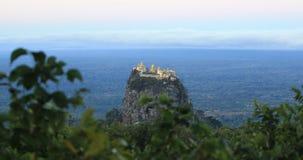 Au sud-ouest du b?ti Popa est colline de pi?destal de Taung Kalat banque de vidéos