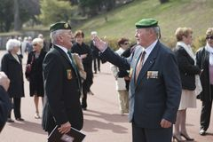 Aubagne, França 11 de maio de 2012 Os veteranos da legião estrangeira francesa em boinas verdes comunicam-se Fotos de Stock Royalty Free