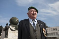 Aubagne Frankrike Maj 11, 2012 Stående av en veteran av den franska utländska legionen i en grön basker på monumentet Arkivbilder