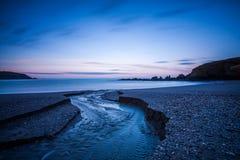 Aube à la baie de Challaborough photographie stock libre de droits