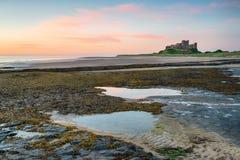 Aube au château de Banburgh image libre de droits