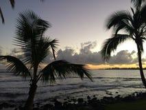 Aube au-dessus de baie de Hilo dans Hilo, Hawaï images libres de droits