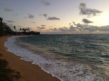 Aube au-dessus de l'océan pacifique - vue de parc de plage de Kapaa sur l'île de Kauai, Hawaï photo libre de droits