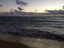 Aube au-dessus de l'océan pacifique - vue de parc de plage de Kapaa sur l'île de Kauai, Hawaï images libres de droits