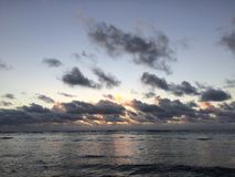 Aube au-dessus de l'océan pacifique - vue de parc de plage de Kapaa sur l'île de Kauai, Hawaï photographie stock libre de droits