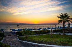 Aube au-dessus de la mer Silhouette des palmiers image stock