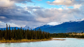 Aube au-dessus de la rivière d'Athabasca Photographie stock libre de droits