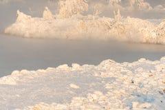 Aube au-dessus de la rivière d'hiver Brouillard un jour givré Images libres de droits
