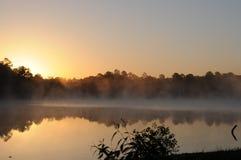 Aube au-dessus de lac Tishomingo Image stock