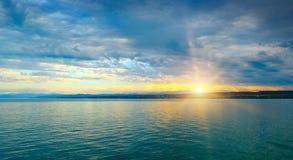 Aube au-dessus de mer et de ciel Photographie stock libre de droits