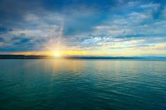 Aube au-dessus de mer et de ciel bleu Images libres de droits