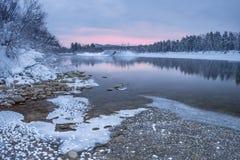 Aube au-dessus de rivière d'hiver Images stock