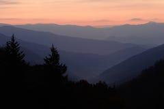 Aube au-dessus de vallée de montagne Photo libre de droits