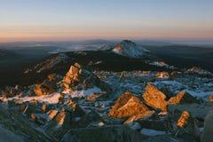 Aube au-dessus des montagnes Image stock