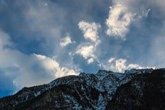 Aube au-dessus des montagnes photo stock