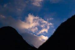 Aube au-dessus des montagnes photographie stock libre de droits