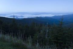 Aube au-dessus des montagnes fumeuses Photographie stock libre de droits