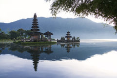 Aube brataan Bali de temple de lac Photo stock