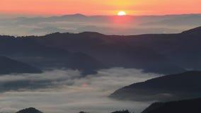 Aube brumeuse dans les montagnes Beau paysage banque de vidéos