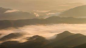 Aube brumeuse dans les montagnes Bel horizontal de source banque de vidéos
