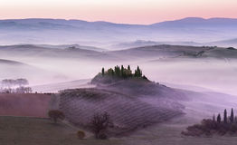 Aube brumeuse sur des collines de campagne image libre de droits