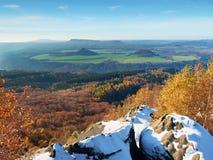 Aube d'or froide de ressort Neige sur la terre Crêtes des forêts accrues de la brume Images libres de droits
