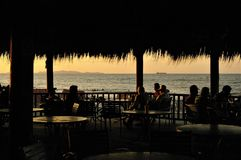 Aube d'or un après-midi de plage de Tela Atlantida photographie stock