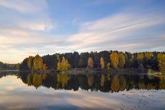 Aube dans la forêt près du lac La forêt est reflétée dans l'eau Début de la matinée d'automne Russie photos libres de droits