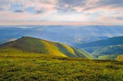 Aube dans les montagnes Horizontal de montagne d'été Carpathiens, U photos stock