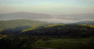 Aube dans les montagnes Voler au cours du matin de Carpathiens banque de vidéos